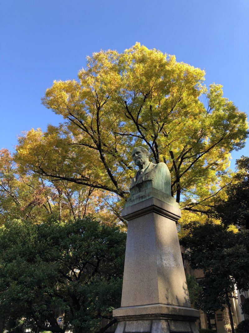 銀杏と銅像